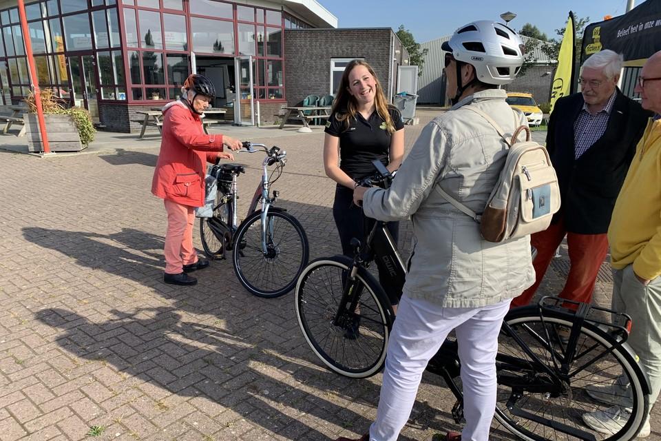 Medewerker fietswinkel geeft uitleg.