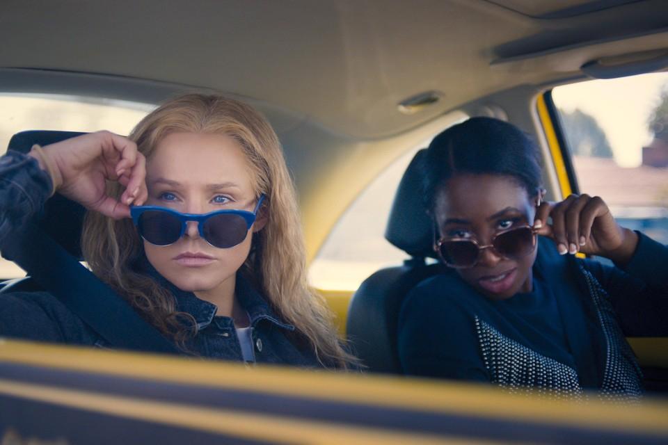Kristen Bell en Kirby Howell-Baptiste in 'Queenpins'.
