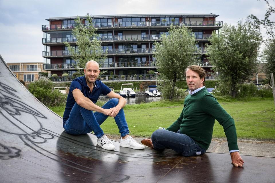 Televisiemaker Johan Overdevest en raadslid Martijn Tibboel op de skatebaan: ,,Deze plek aan de Greveling is een pareltje dat we moeten koesteren.''