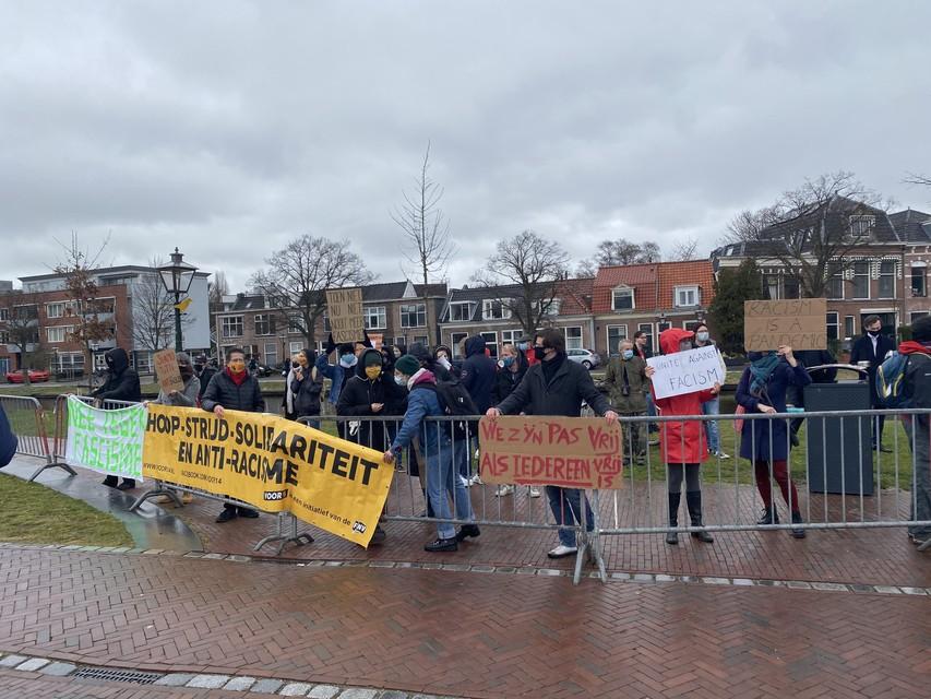 Met ketelmuziek protesteerde een kleine groep antifascisten aande zijkant van de Lammermarkt tegen het vermeende racistische karakter van FvD.