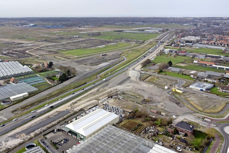 Vrachtverkeer uit de glastuinbouwgebieden De Zijlhoek en De Woerd moet straks over de Zonneveldslaan langs het vliegkamp naar de N206.