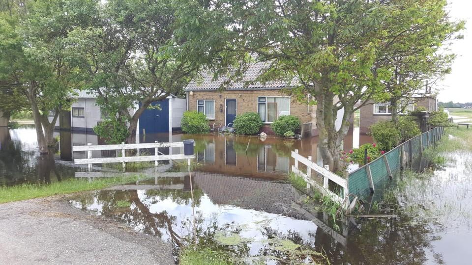 Het erf rondom het huis aan het Zomerdijkje staat volledig blank.