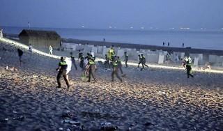 Politie en ME beëindigen illegaal feest op strand Noordwijk, twee personen aangehouden
