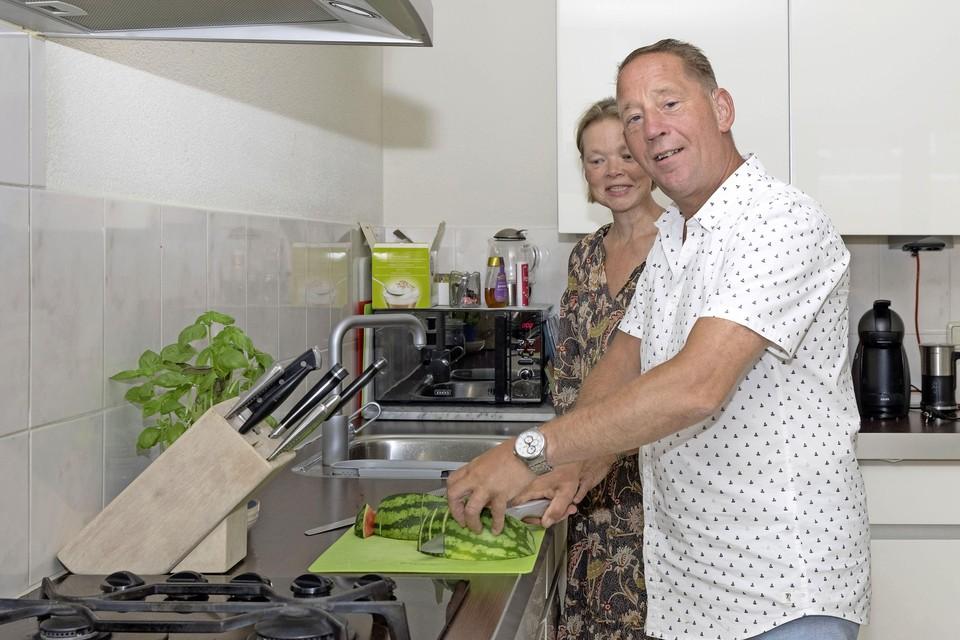 Raymond en Mirjam: samenwerken in de keuken.