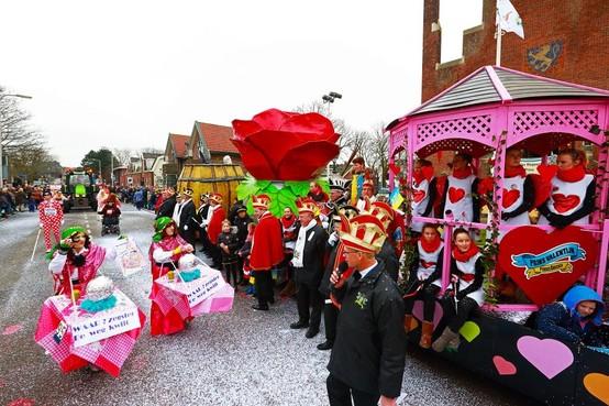 Streep door grote optocht carnaval Noordwijkerhout vanwege harde wind