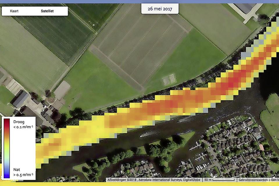 Droogtescan van de ringdijk om de Haarlemmermeer bij Leimuiden in mei 2017. Hoe roder de opname, hoe droger de dijk.