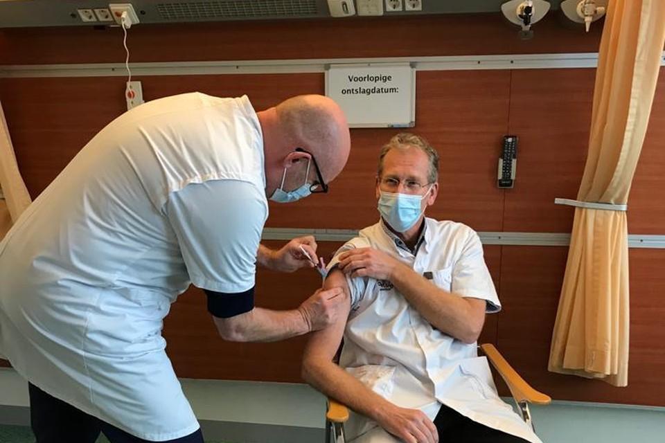 In het Alrijne Ziekenhuis in Leiderdorp kreeg longarts Rik van Klink het eerste vaccin toegediend