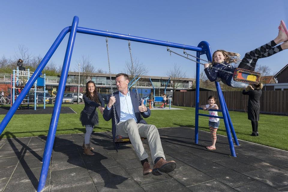 2015: wethouder De Jong opent met Lizzy en Kimberley de speeltuin aan Duin en Dal in Noordwijkerhout.