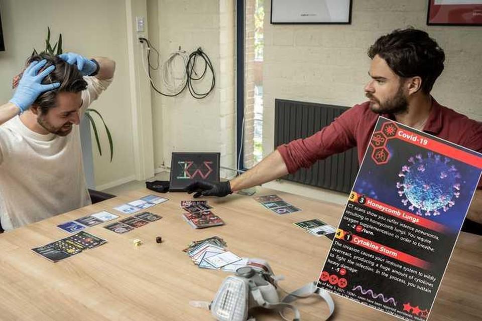Dennis de Beeld (links) en Rafael Jezior demonstreren hun kaartspel, waarin alles draait om virussen en bacteriën.