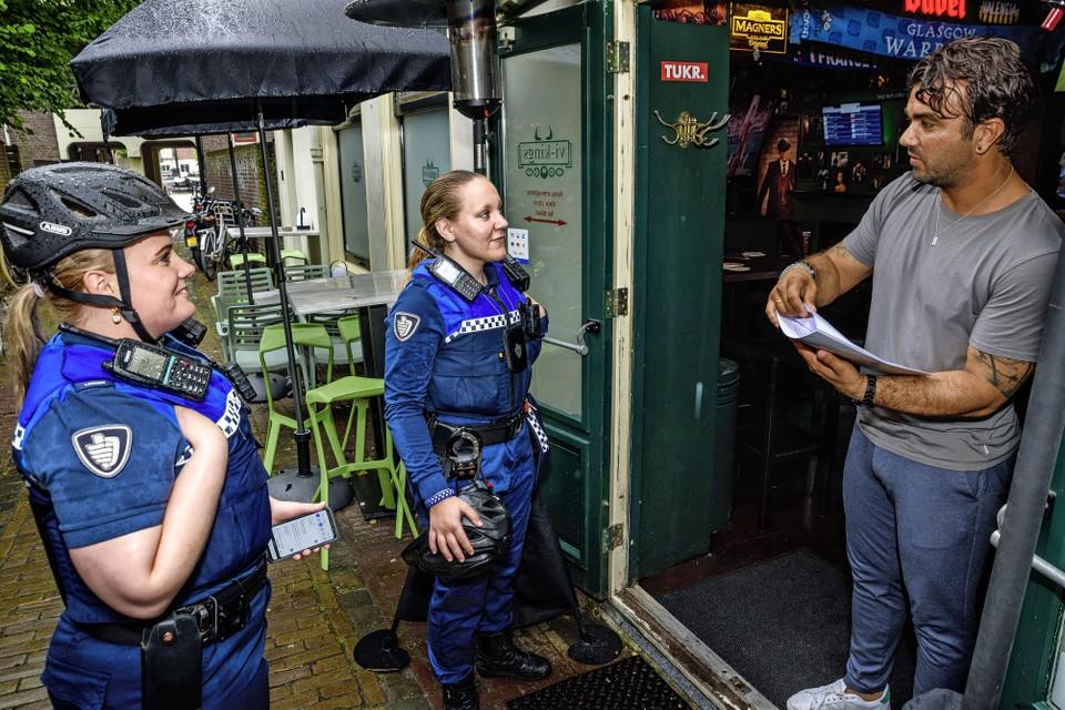 Melissa en Amy leggen contact met de horeca-ondernemers.