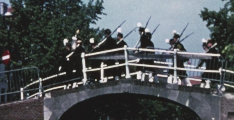Studenten Weerbaarheid Pro Patria marcheert door Leiden.