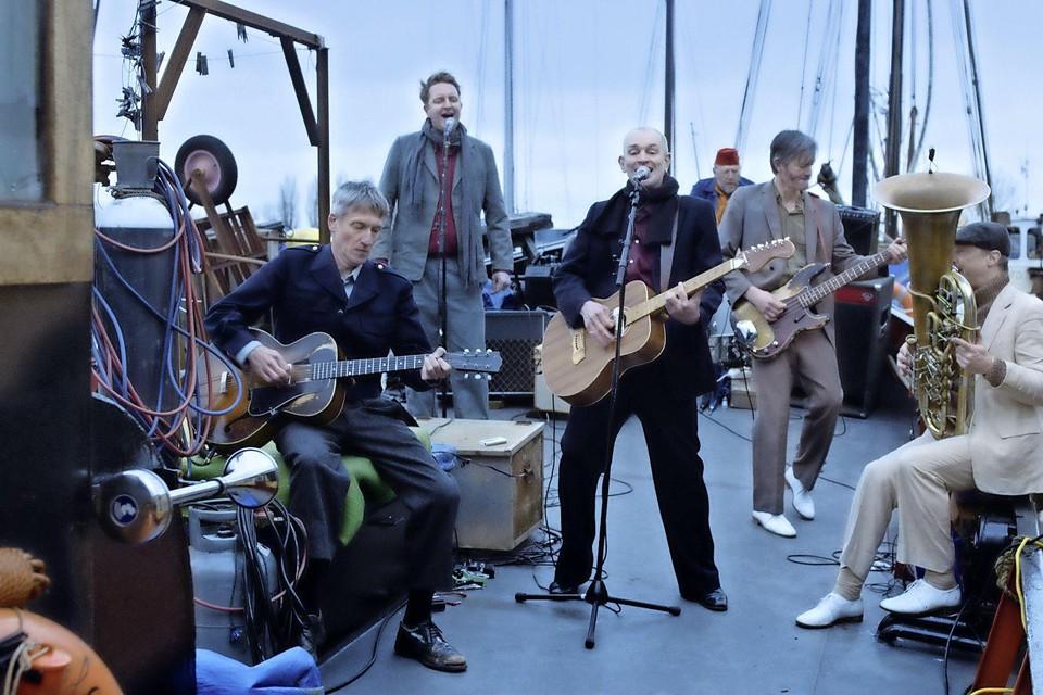 Still uit 'Water wieg me'. De Kift maakt muziek op het water.