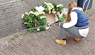 Leiden huilt bij bloemenmonument voor slachtoffertje busongeluk [video]