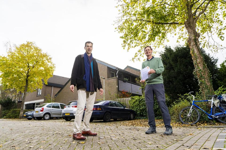 Han Driessen (links) staat samen met energiecoach Peter Engbers voor zijn huis met energielabel D in de Merenwijk.