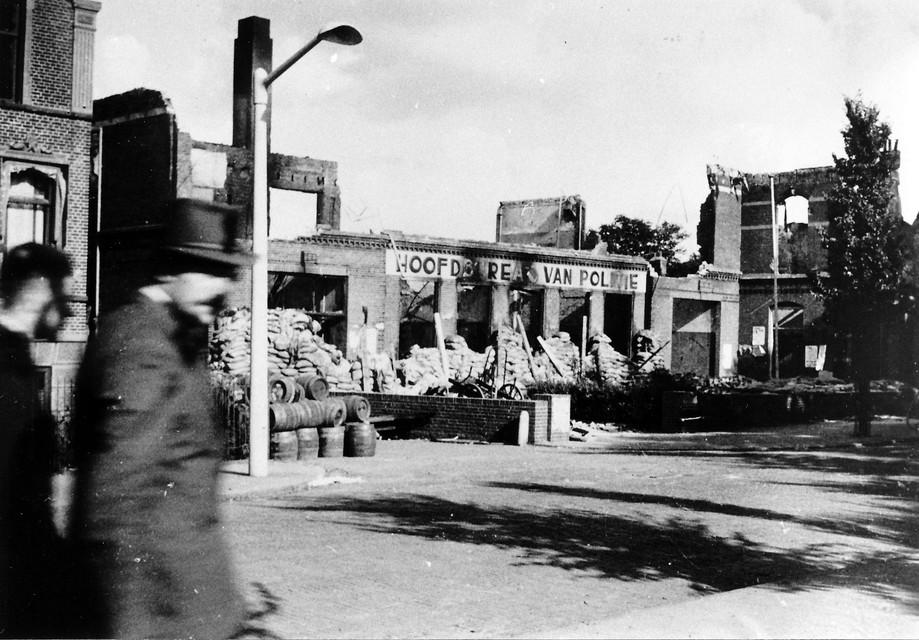 Na die verwoestende nacht waren overal in de stad gebouwen getroffen. Zoals hier: het politiebureau aan de Prins Hendriklaan.