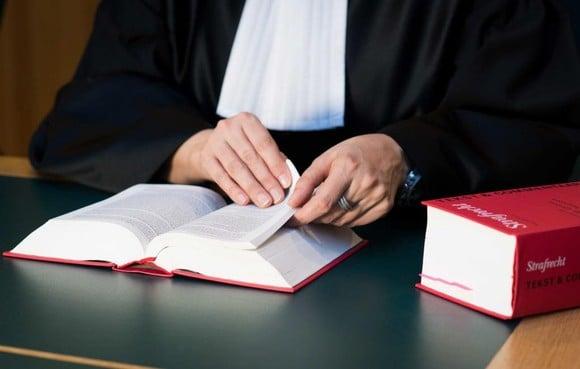 Justitie komt met strafeis op tweede dag strafproces tegen filmende huisarts [volg live]