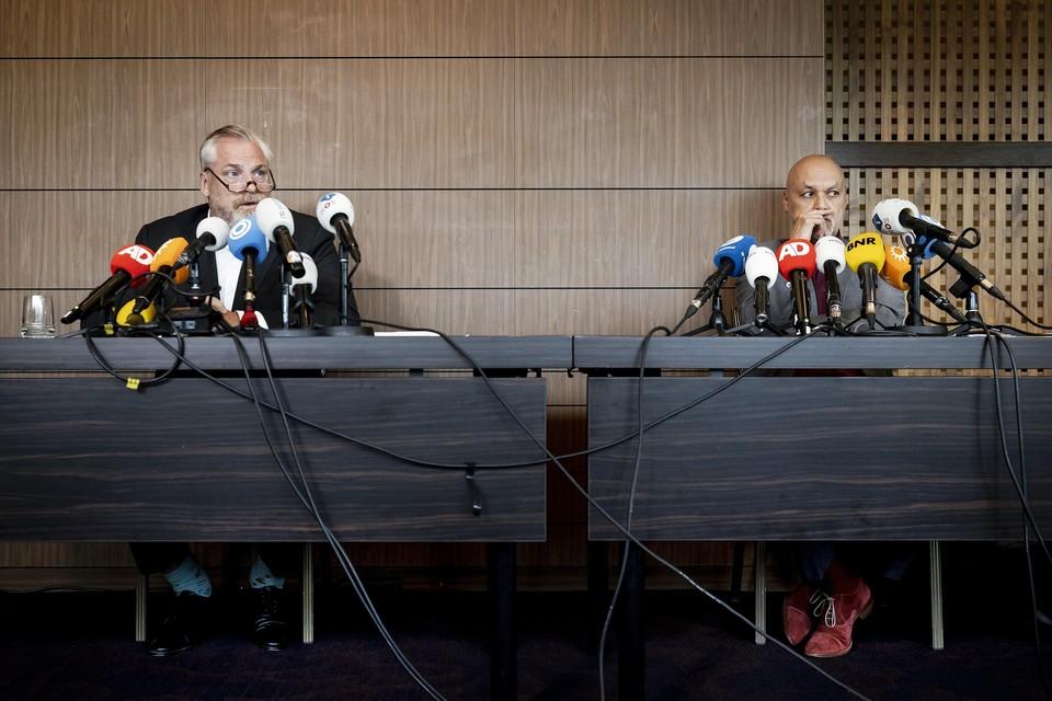 Advocaten Peter Schouten (links) en Onno de Jong van kroongetuige Nabil B. in het liquidatieproces Marengo op hun persconferentie.