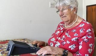 Katwijkse Elvira Leschot (78) met zicht van één procent kan alsnog lezen met een 'speciaal hulpmiddel'