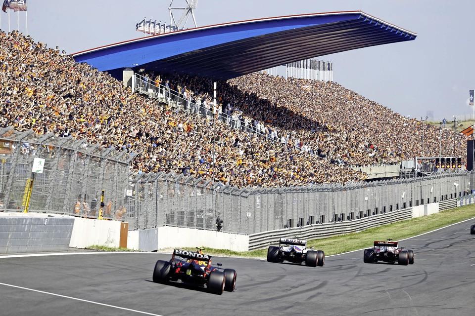 Max Verstappen (Red Bull Racing) voor een volle hoofdtribune in actie tijdens de eerste vrije training op het circuit van Zandvoort.