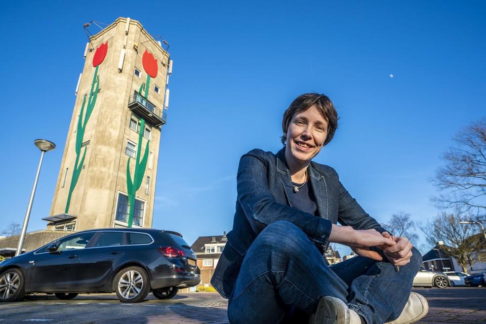 Kirsten Verdel bij de iconische watertoren van Roelofarendsveen.