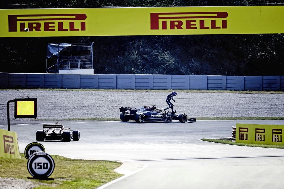 Lewis Hamilton (Mercedes AMG Petronas Motorsport) stapt uit zijn wagen na pech tijdens de tweede vrije training op het circuit van Zandvoort.