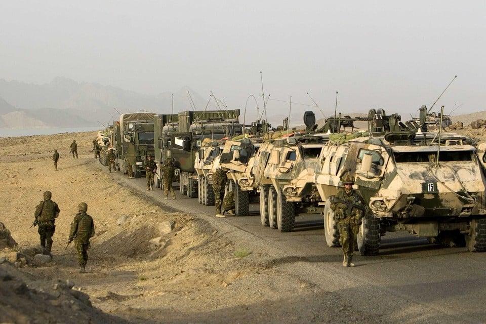 Een konvooi Nederlandse soldaten op weg van Kandahar naar Tarin Kowt, mei 2008.