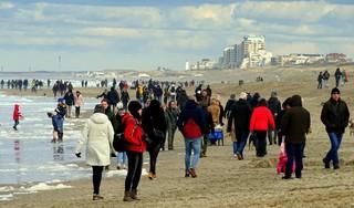 Na de avondklok massaal op zoek naar bevrijdend gevoel op het Katwijkse strand