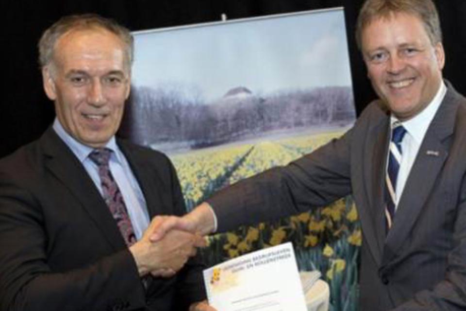Victor Salman (rechts) en Leo van der Zon (links) bij Salmans afscheid als voorzitter van de Vereniging Bedrijfsleven Duin- en Bollenstreek (VBDB).
