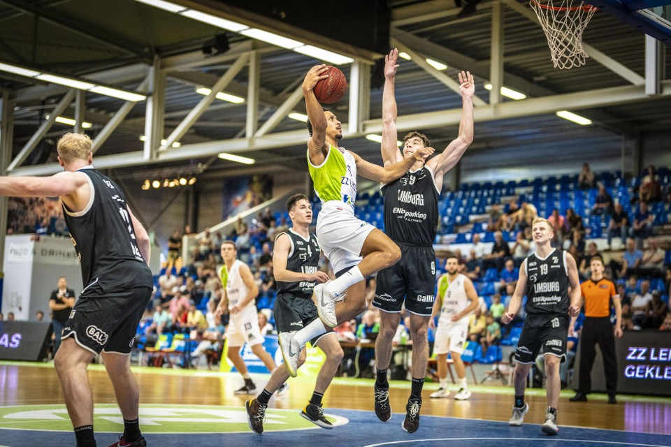 Alleskunner Worthy de Jong zweeft in 'zijn' Vijf Meihal naar de basket.