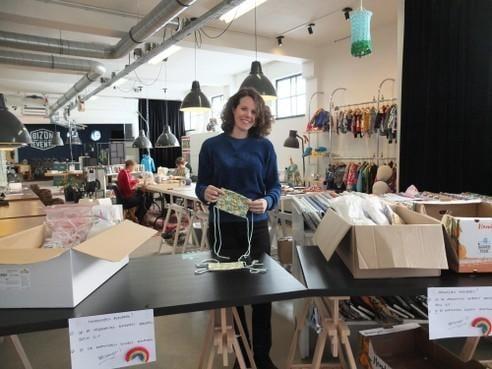 Leidse geeft instructies om mondkapjes te naaien voor de zorg [video]
