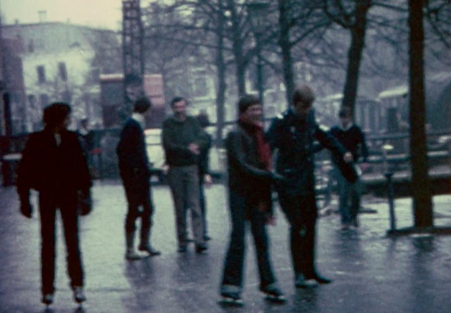 IJzel: schaatsen op straat.