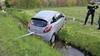 Automobiliste rijdt dwars over rotonde in Sassenheim; schept meerdere verkeerspalen en belandt in water