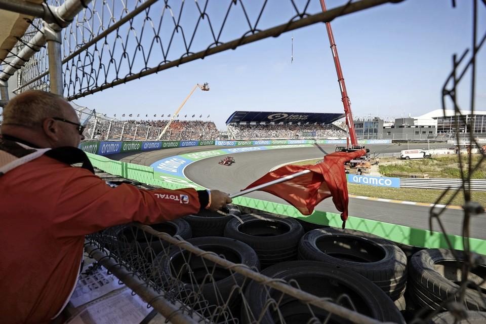 Rode vlag tijdens de eerste vrije training op het circuit van Zandvoort.