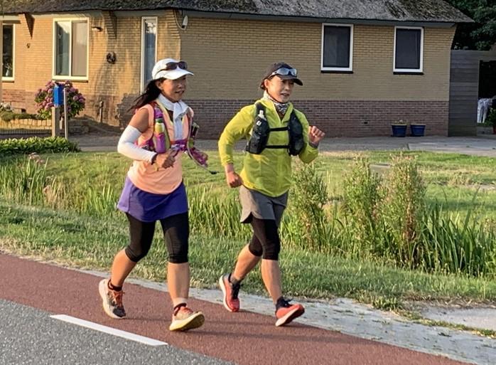 Hitte, plensbuien, blaren: deze ultralopers laten zich niet kennen en rennen twee weken lang 64 kilometer per dag [video]