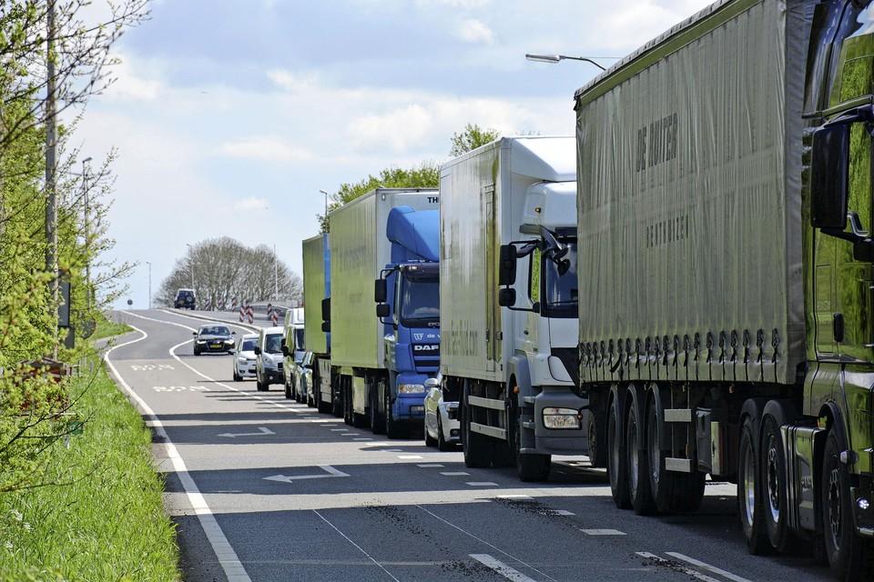 Over deze busbaan langs de N207 bij Leimuiden mogen later dit jaar landbouwvoertuigen gaan rijden.