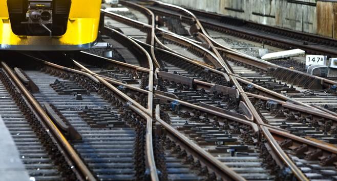 Geen treinen tussen Leiden Lammenschans en Alphen door defecte spoorbrug