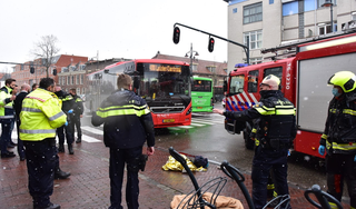 Vrouw op fiets zwaargewond bij botsing met lijnbus in Leiden