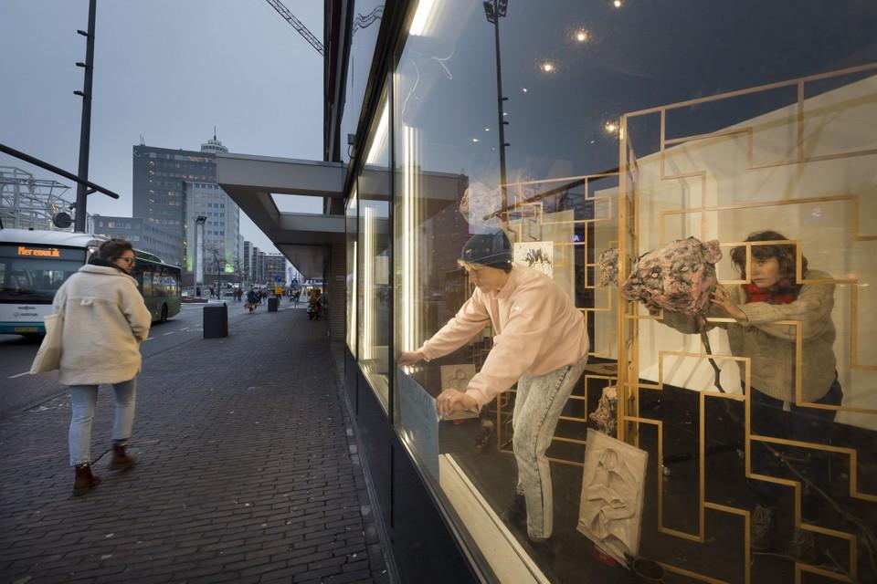 Marissa Karlas (links) en Gijsje Heemskerk geven de kunst een plekje achter de grote ramen.
