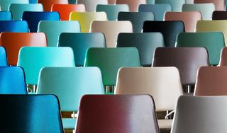De stoelen van Karin Wildöer verschieten wel heel snel van kleur