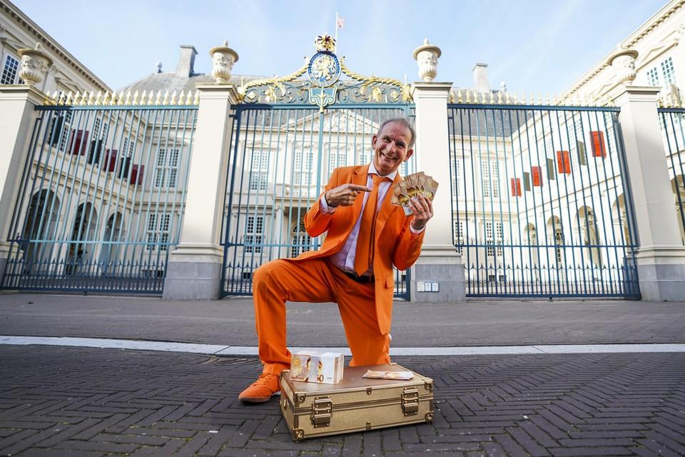 Oranjefan Johan Vlemmix bij Paleis Noordeinde vanwege Prinsjesdag.