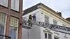 Brandweer verwijdert kapot gewaaid raam in Leiden; Breestraat afgesloten