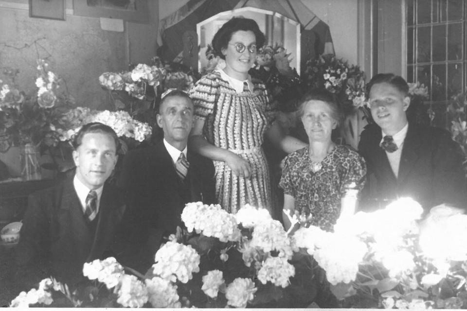 De familie kort nadat vader De Groot en Nico waren teruggekeerd uit Duitsland. Van links naar rechts: Nico, Willem, Han, Aagtje en Maarten.