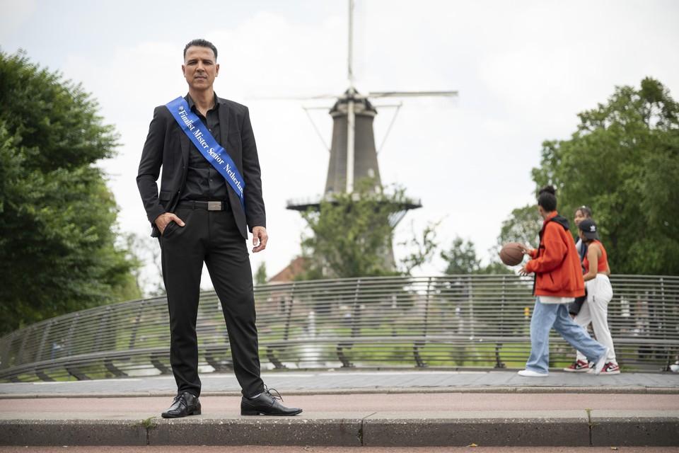 Mounir Tallou met de sjerp die hij kreeg als finalist van de verkiezing tot Mister Senior Netherlands in de stad die hij eeuwig dankbaar zal zijn.