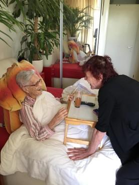 Leidse Irene (62) ligt met haar 100-jarige moeder in bed. 'Als dit geen ultieme mantelzorg is, weet ik het niet meer'