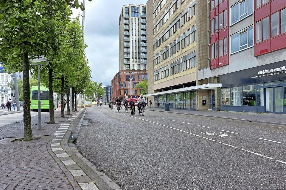 Op deze plek wordt het Stationsplein tijdens de bouw van De Geus een stuk smaller. Zonder extra verkeersmaatregelen wordt dat levensgevaarlijk, waarschuwt de wijkvereniging.