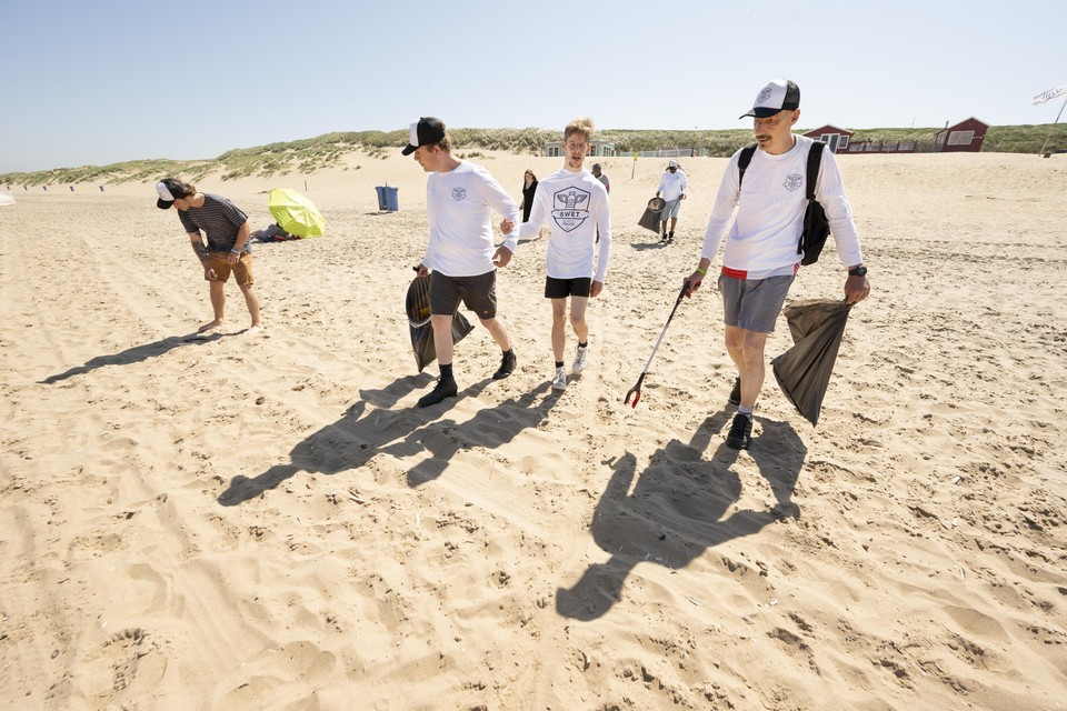 De 'Plastic Police' speurt het strand af.