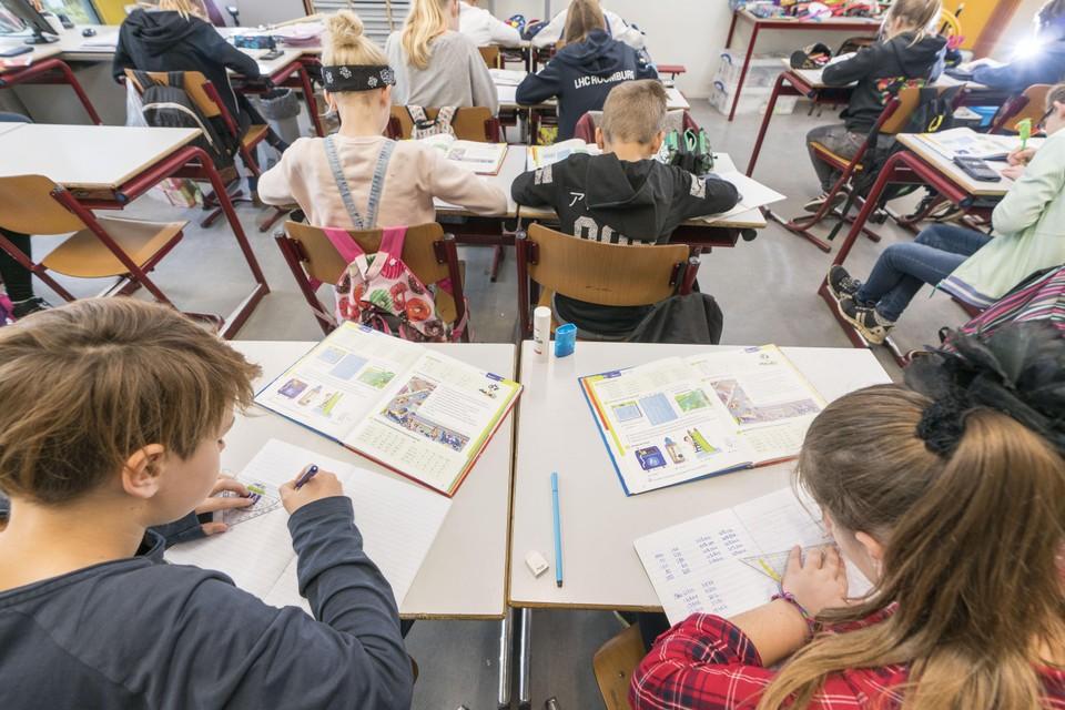 Groep 8 van juf Irene Tegelaar op de Lorentzschool is bezig aan de rekenles.