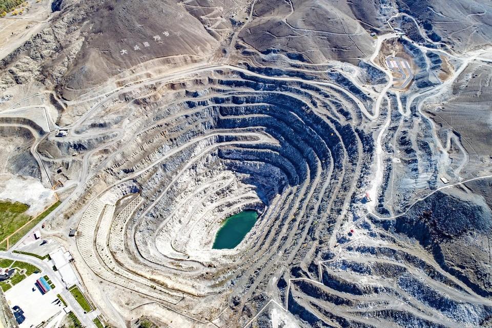 In Fuyun, in het noorden van China, bevindt zich de grootste mijnbouwput ter wereld waar 84 soorten mineralen gedolven worden.