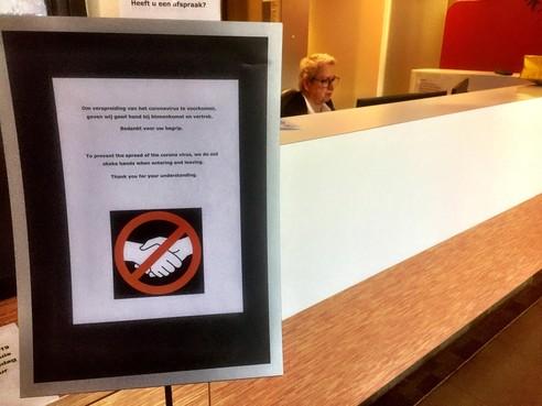 Gemeente Voorschoten doet handen schudden in de ban vanwege coronavirus