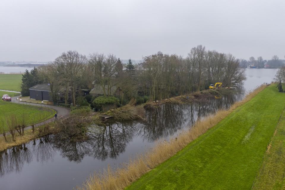 De kap van bomen op de hoek van Rijpweteringsevaart en Wijde Aa vanuit de lucht gezien.